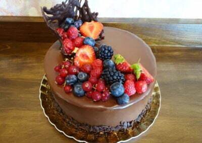 Tort aniversare glazură neagră decor fructe