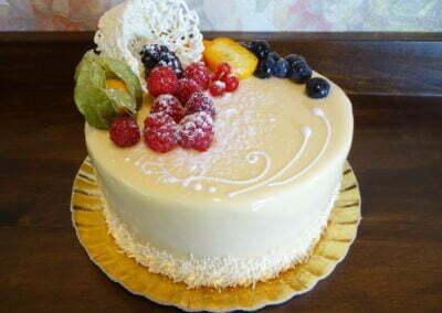 Tort aniversare glazură albă decor fructe